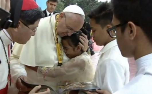 """Întrebare încuietoare a unei fetiţe pentru Papa Francisc: """"De ce permite Dumnezeu să fie folosiţi copiii pentru prostituţie?"""" - Comentarii: 2"""