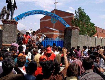 Cel puţin 15 morţi şi 80 de răniţi într-un atentat sinucigaş la bisericile creştine din Pakistan - Comentarii: 1