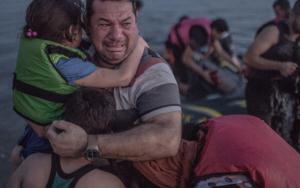 Un tata sirian care plange